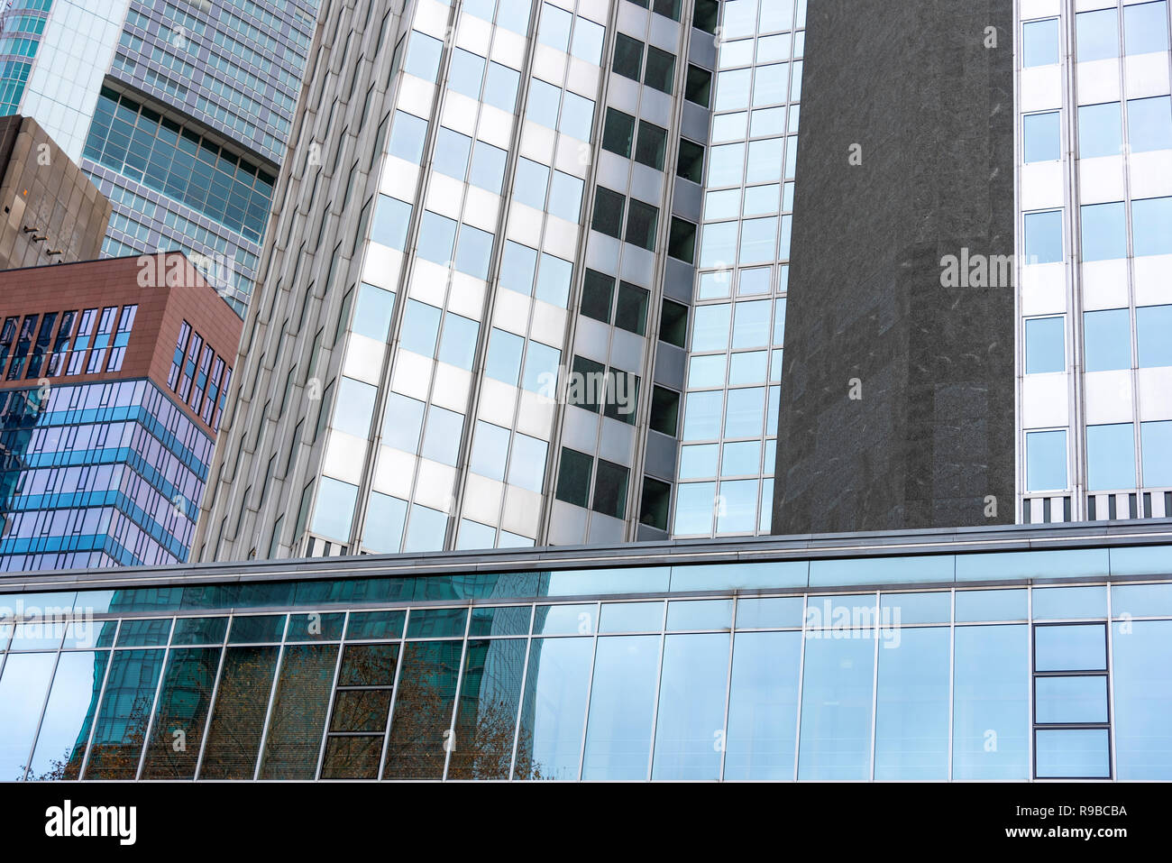 Abstrakte Fassade moderner Bürogebäude in Frankfurt am Main, Deutschland - Stock Image