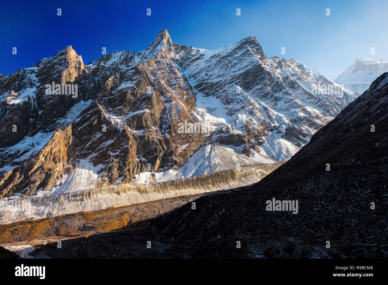 Jagged snow covered peaks typical of the scenery on the Manaslu Circuit trek in the Nepal Himalayas - Stock Image