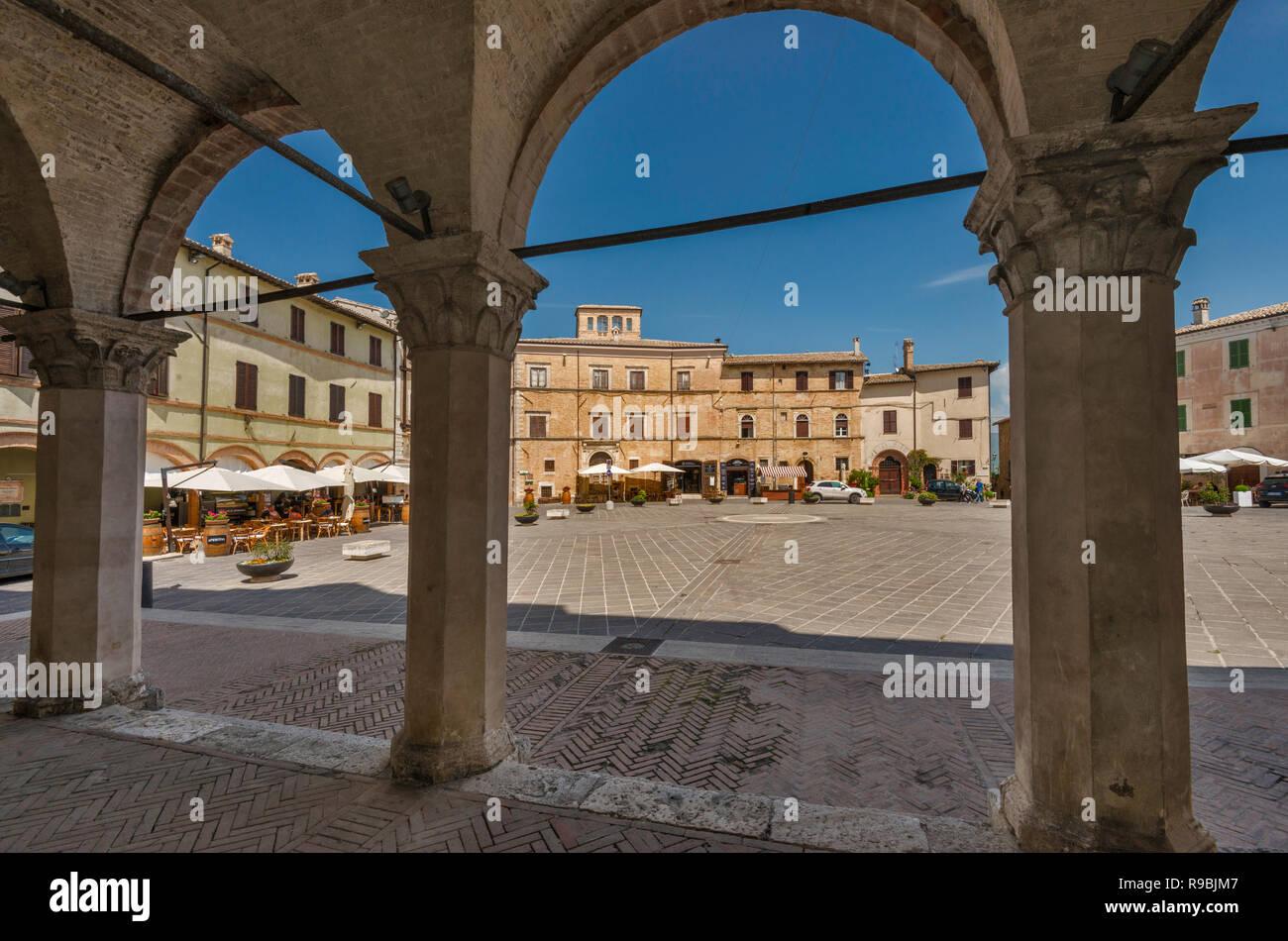Piazza del Comune, arcades at Palazzo Comunale (Town Hall), in historic center of Montefalco, Umbria, Italy - Stock Image
