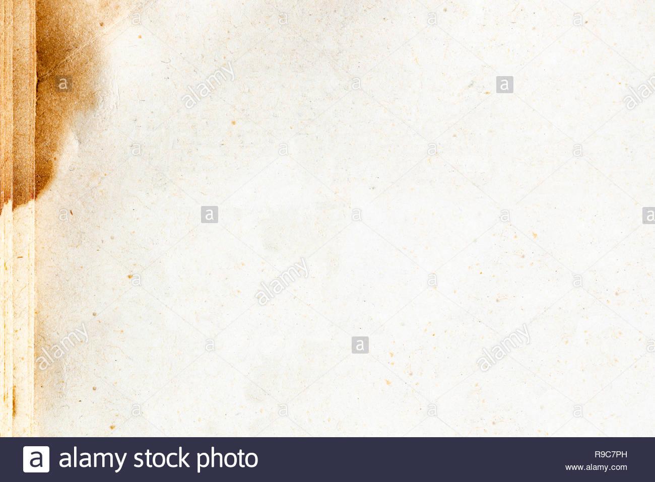 Altes vergilbtes Papier, dass als Hintergrund geeignet ist Stock Photo
