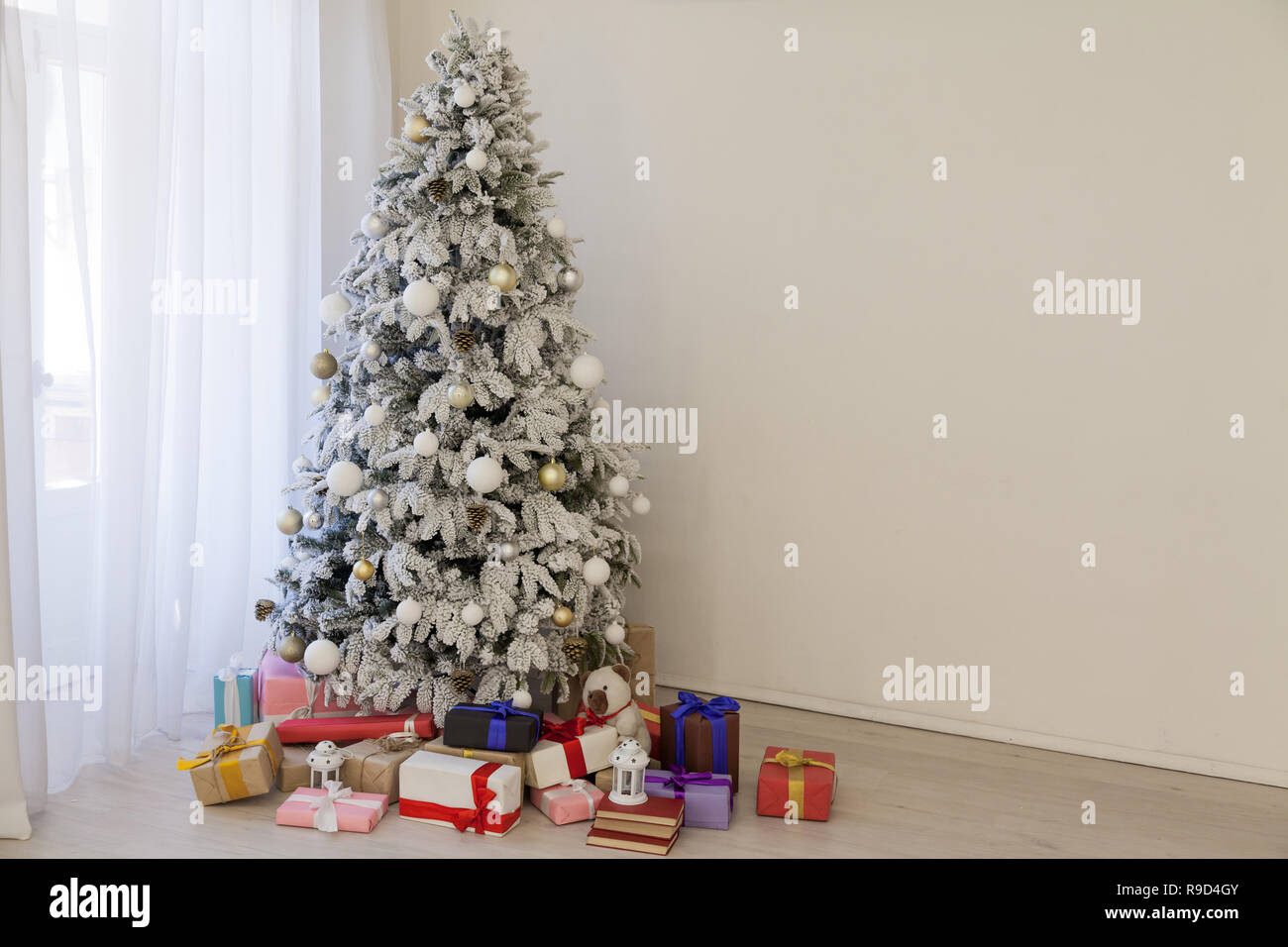 Christmas tree with presents, Garland lights new year - Stock Image