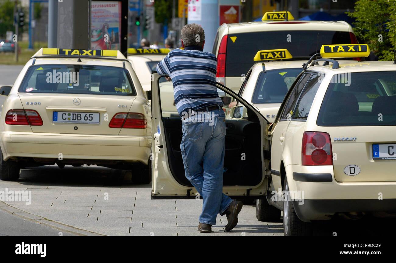 14.06.2005, Chemnitz, Saxony, Germany - Mehrere Taxen an einem Taxistand. 0UX050614D100CAROEX.JPG [MODEL RELEASE: NO, PROPERTY RELEASE: NO (c) caro ph - Stock Image
