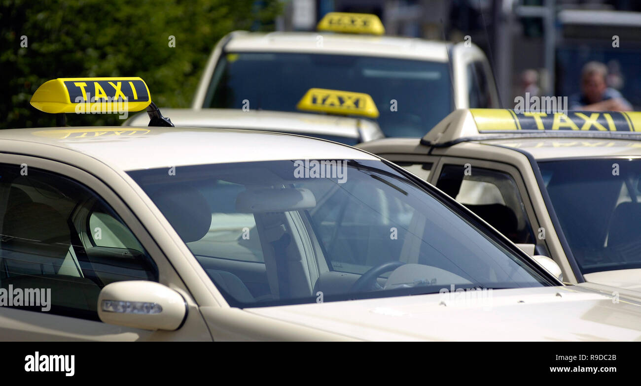 14.06.2005, Chemnitz, Saxony, Germany - Mehrere Taxen an einem Taxistand. 0UX050614D101CAROEX.JPG [MODEL RELEASE: NO, PROPERTY RELEASE: NO (c) caro ph - Stock Image