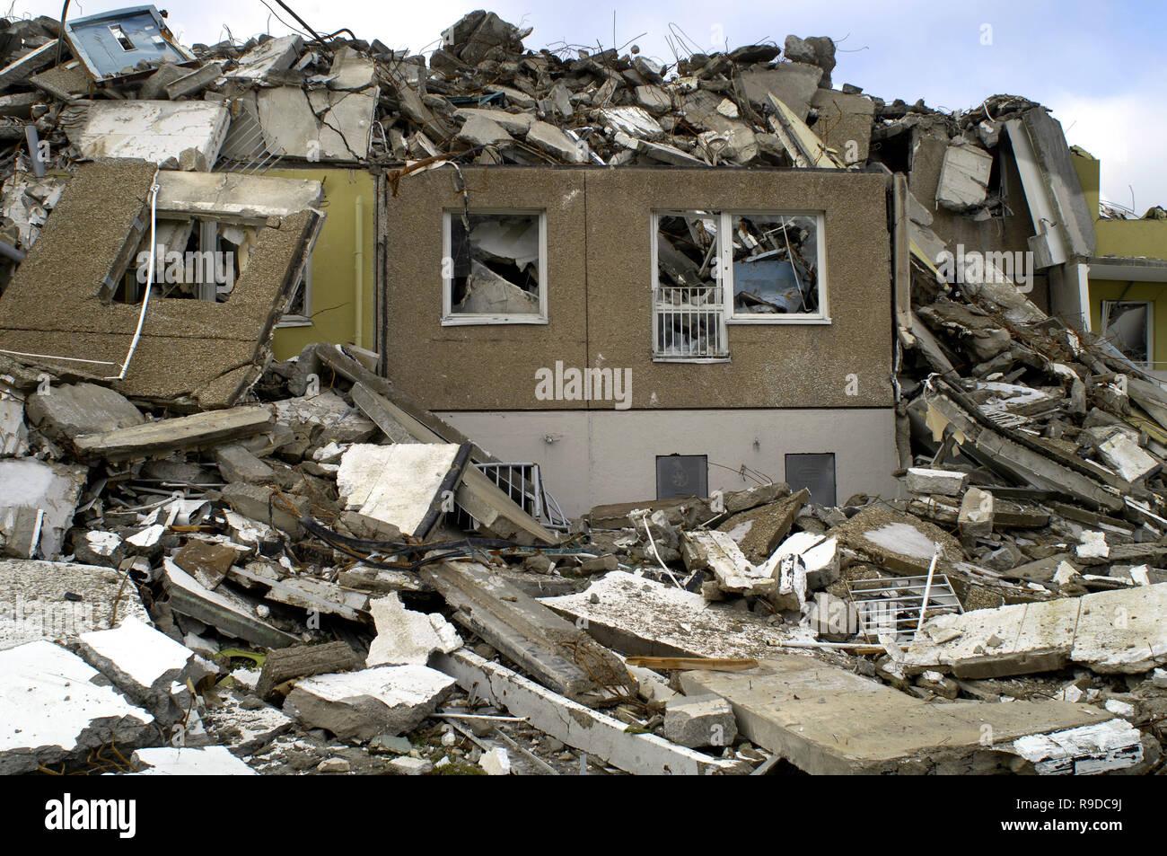 06.12.2005, Chemnitz, Saxony, Germany - Abriss eines Plattenbaus. 0UX051206D402CAROEX.JPG [MODEL RELEASE: NOT APPLICABLE, PROPERTY RELEASE: NO (c) car - Stock Image