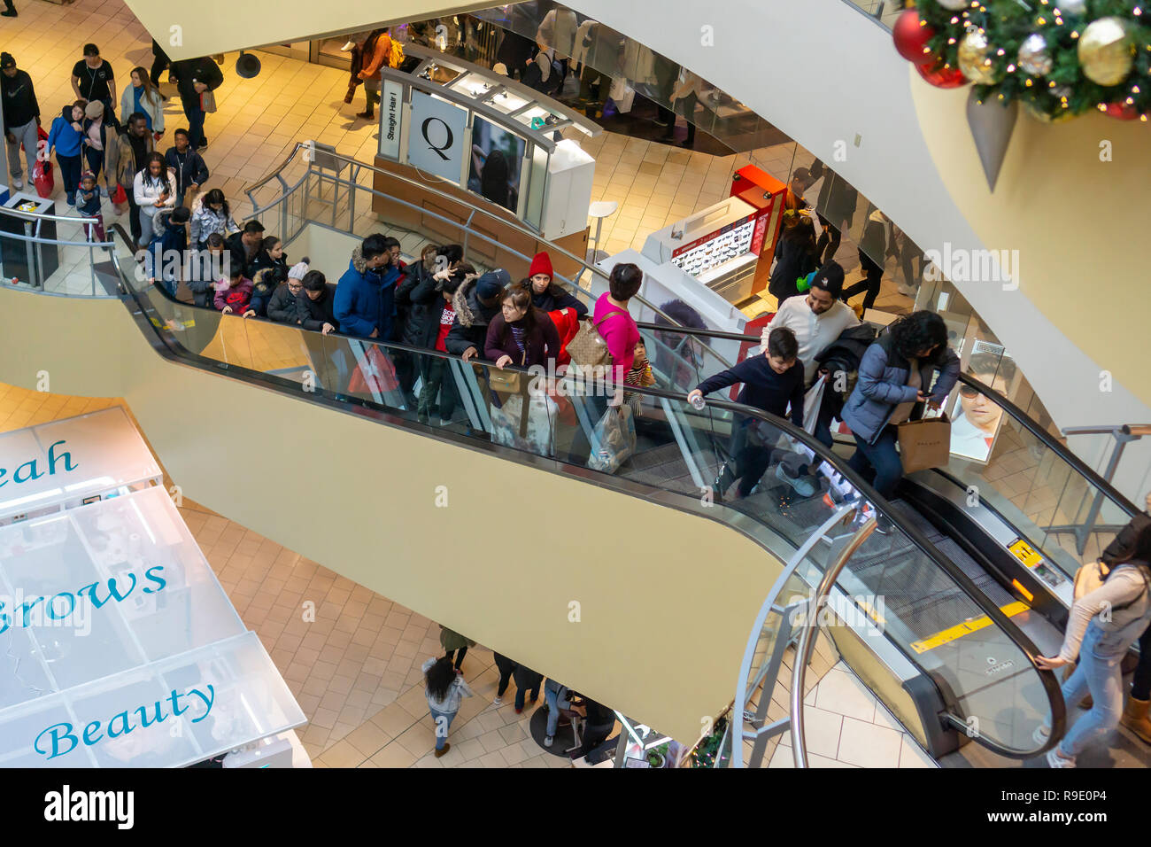 New York, USA. 22 December 2018. 2018 Crowds of last minute shoppers pack the Queens Center Mall in the borough of Queens in New York on the so-called Super Saturday. the Saturday prior to Christmas, December 22, 2018. Retail analysts are predicting Super Saturday sales to surpass Black Friday by over $2 billion. (© Richard B. Levine) Credit: Richard Levine/Alamy Live News - Stock Image