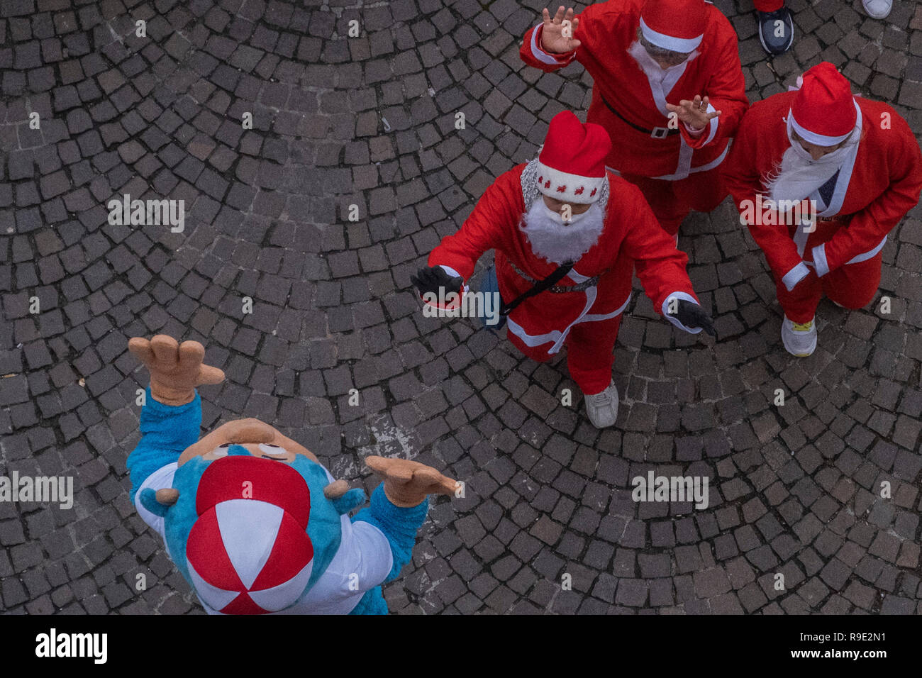 Noale, Italy. 23rd December, 2018. 10th Santa Claus Run in Noale Credit: Awakening Photo Agency/Alamy Live News - Stock Image
