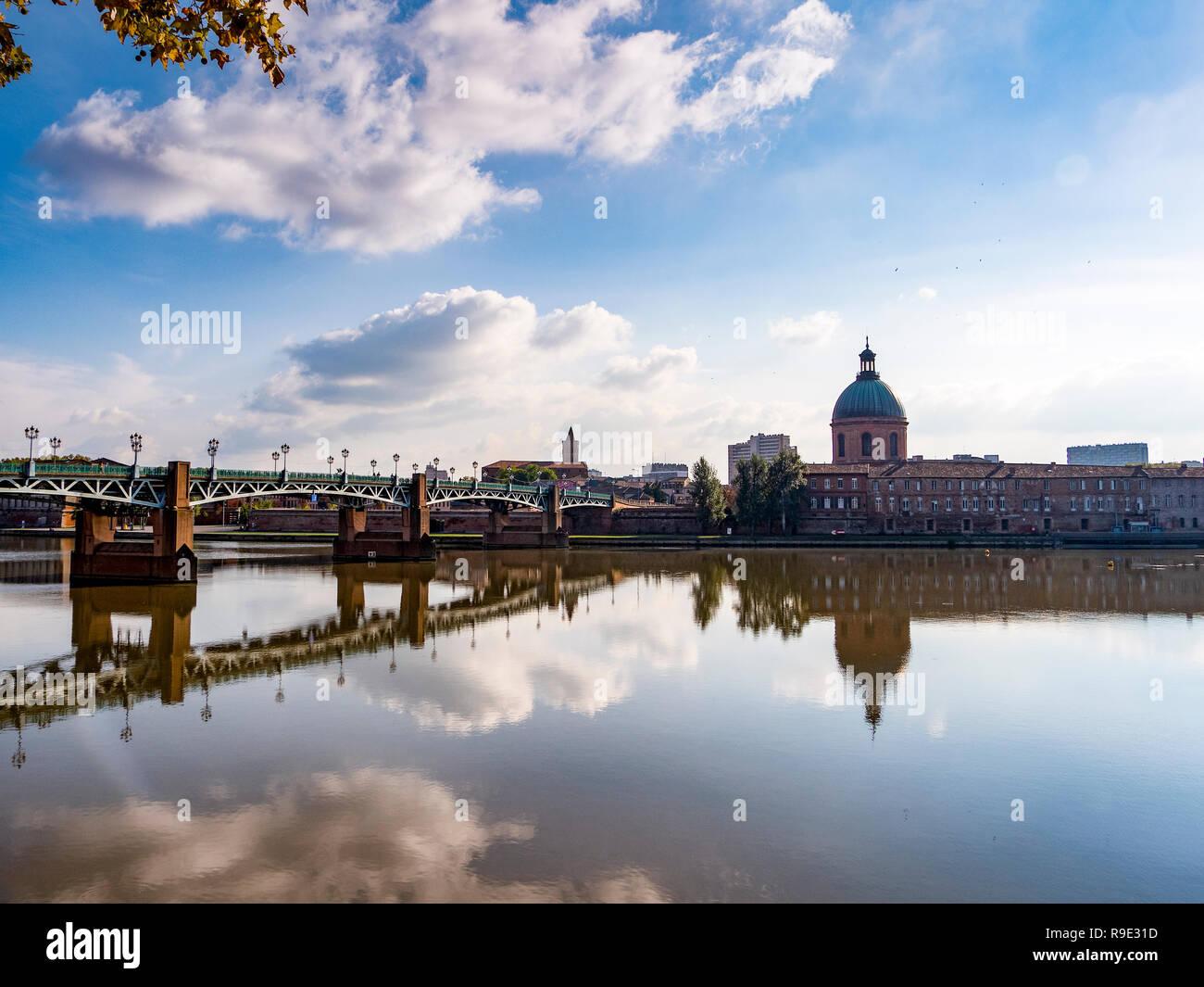 France. Haute-Garonne (31), Toulouse. St-Pierre bridge and the dome of the Hopital de la Grave - Stock Image