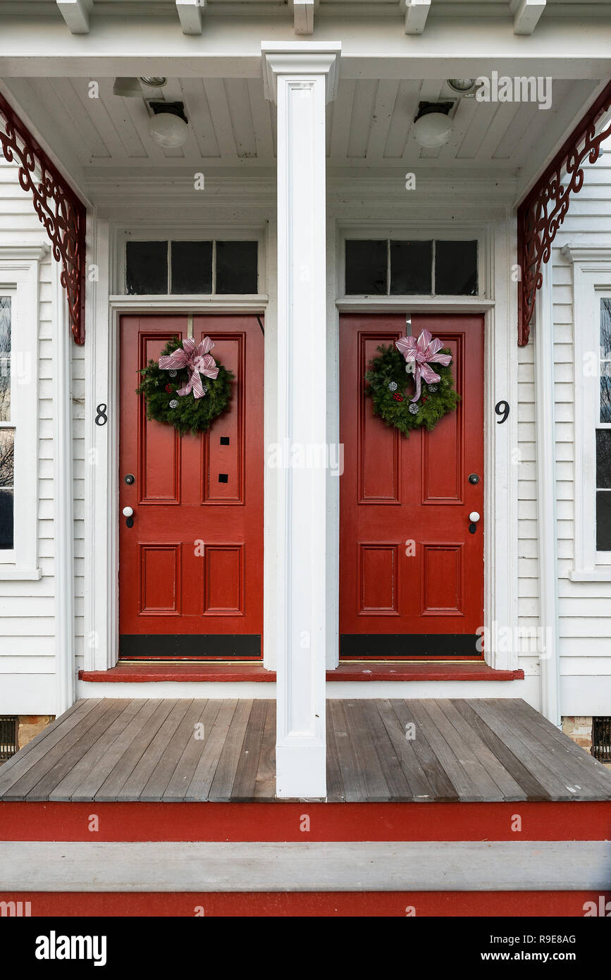 Workers houses decorated for Christmas at Historic Smithville Park, Burlington County, New Jersey, USA. - Stock Image