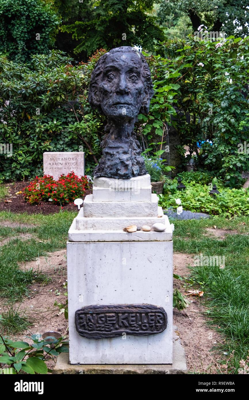 Berlin, Mitte. Dorotheenstadt Protestant cemetery & burial ground. Inge Keller 1923-2017, Bronze bust on tomb stone of grave - Stock Image
