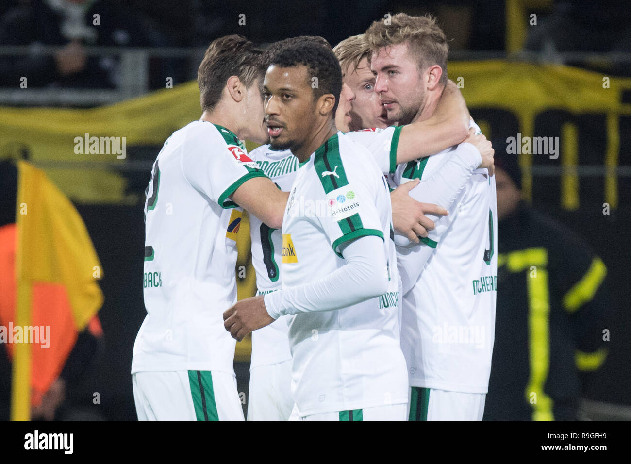 goalkeeper Christoph KRAMER (r., MG) and the Borussia Monchengladbach players cheer over the goal to make it 1-1 for Borussia Monchengladbach, jubilation, cheering, cheering, joy, cheers, celebrate, goaljubel, half figure, half figure, football 1st Bundesliga, 17. matchday, Borussia Dortmund (DO) - Borussia Monchengladbach (MG) 2: 1, on 21.12.2018 in Dortmund/Germany. ¬ © Sven Simon Photo Agency GmbH & Co. Press Photo KG # Prinzess-Luise-Str. 41 # 45479 M uelheim/Ruhr # Tel. 0208/9413250 # Fax. 0208/9413260 # GLS Bank # Bank Code 430 609 67 # Kto. 4030 025 100 # IBAN DE75 4306 0967 4030 0 - Stock Image