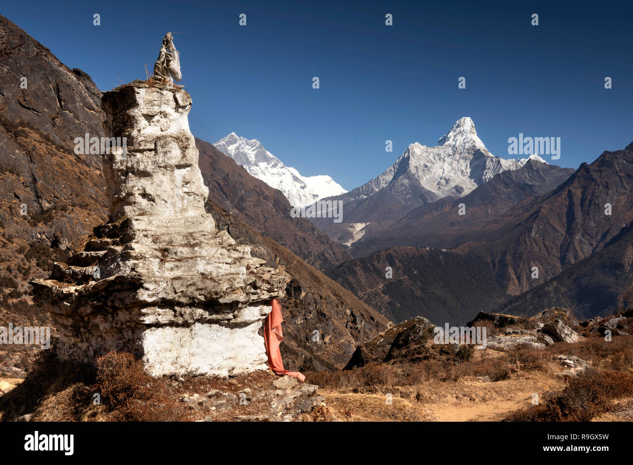 Nepal, Everest Base Camp Trek, Khumjung, traditional old chorten with view of Ama Dablam and Lhotse mountains - Stock Image