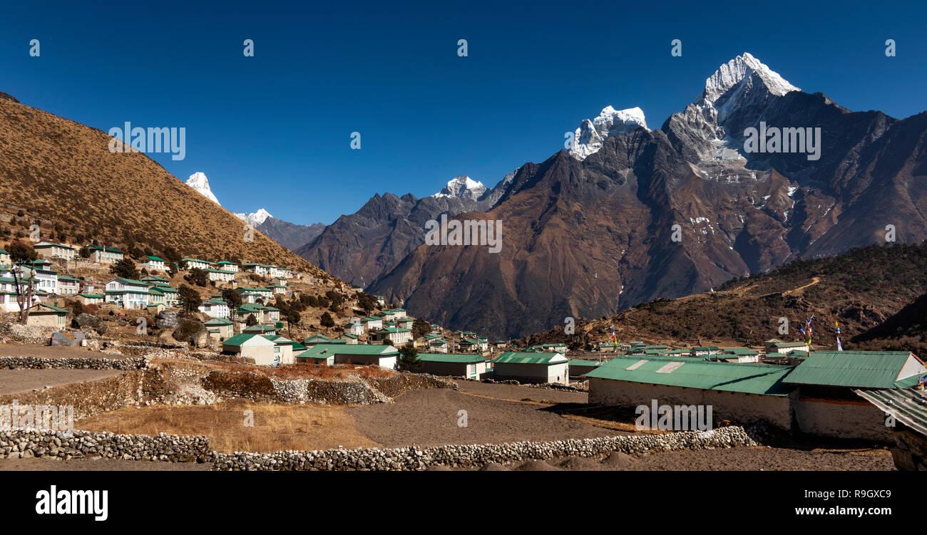Nepal, Everest Base Camp Trek, Khumjung, village houses with view of Hongku, panoramic - Stock Image