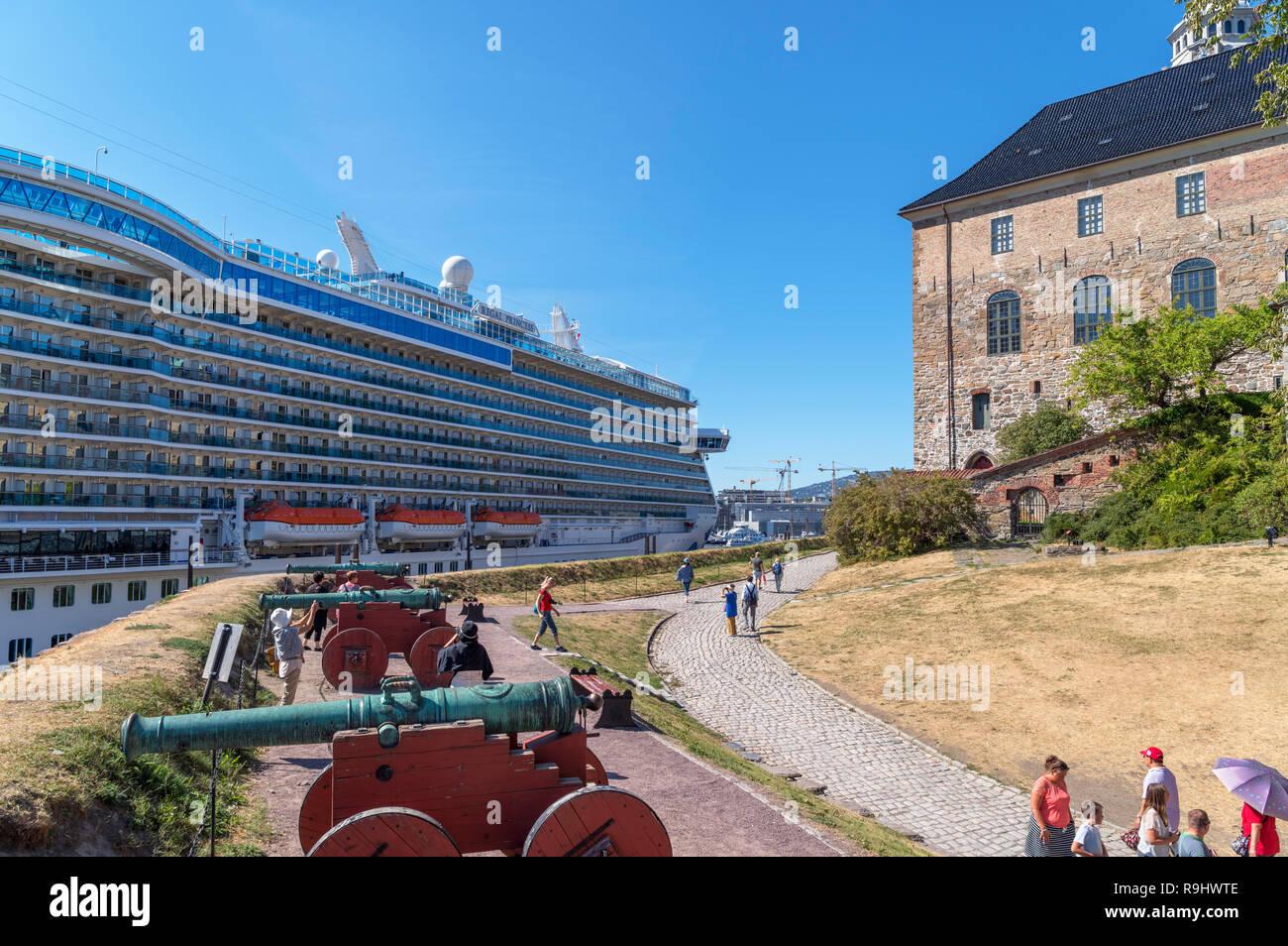 Regal Princess cruise liner in front of Akershus Fortress (Akershus Festning) and Akershus Castle (Akershus Slott), Oslo, Norway - Stock Image