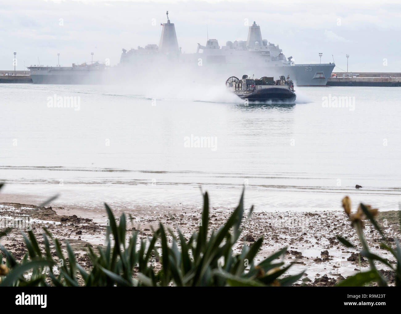 181124-N-PH222-1490 ROTA, SPAIN (Nov. 24, 2018) Landing Craft, Air Cushion (LCAC) 75, attached to Assault Craft Unit 5 and embarked on the San Antonio-class amphibious transport dock ship USS Anchorage (LPD 23), prepares to land on a beach in Rota, Spain, Nov. 24, 2018. Anchorage and embarked 13th Marine Expeditionary Unit are deployed to the U.S. 6th Fleet area of operations as a crisis response force in support of regional partners as well as to promote U.S. national security interests in Europe and Africa. (U.S. Navy photo by Mass Communication Specialist 3rd Class Ryan M. Breeden/Released) - Stock Image