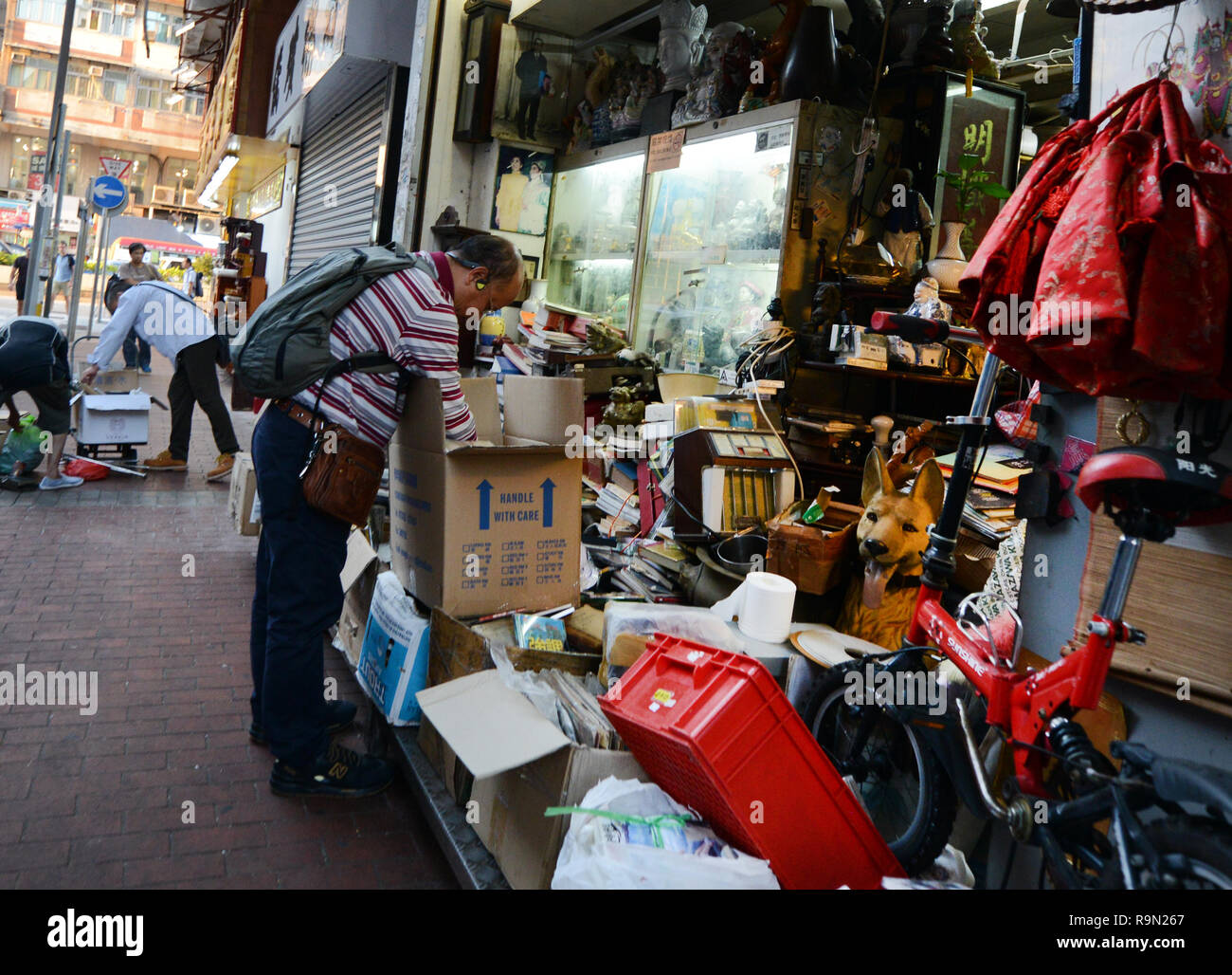 A 2nd hand shop in Mong Kok's vibrant market. - Stock Image