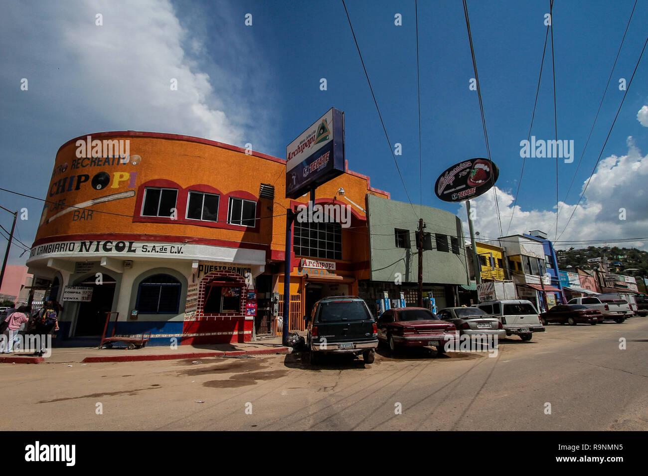 Daily life and around the wall in the border city of Nogales, Sonora, Mexico. Vida cotidiana y alrededor de la muralla en la ciudad fronteriza - Stock Image