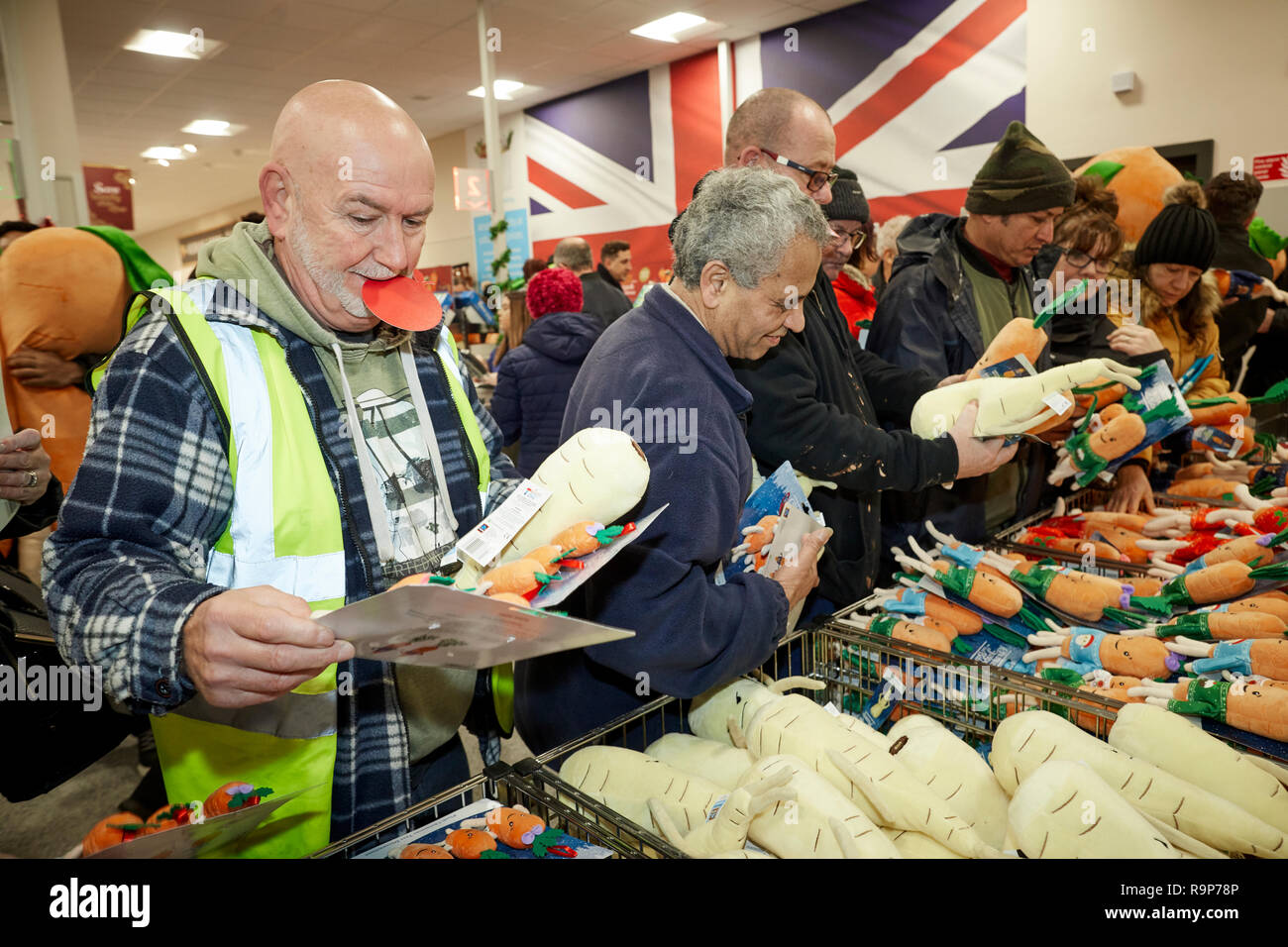ALDI customers queueing for the soft toy Kevin the Carrot - Stock Image