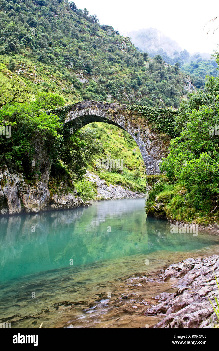 Roman bridge over the River Cares (Puente romano de La Vidre), Trescares, Asturias, Spain Stock Photo
