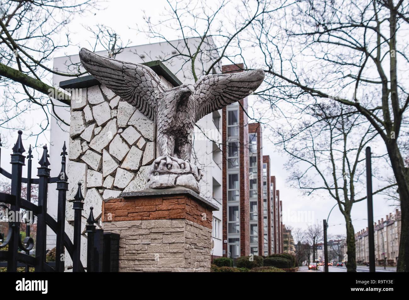 Berlin, Weissensee Stone Eagle sculpture on gatepost of building .in Rennbahnstrasse - Stock Image