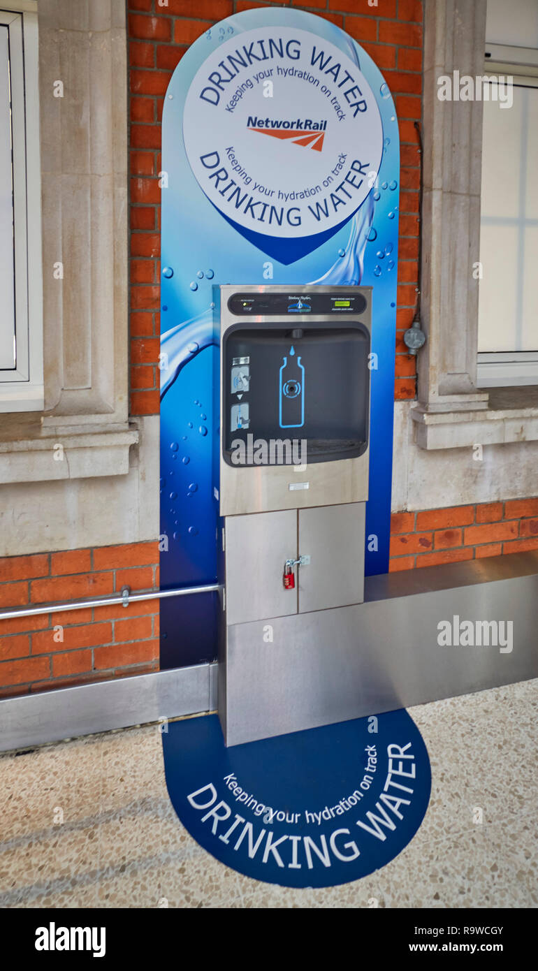 The virtually hidden drinking water fountain or bottle refill station which can be found in the SW corner on the upper floor of Waterloo Station - Stock Image