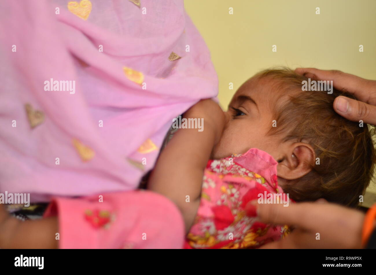 Mother and child in rural Sindh, Pakistan. - Stock Image