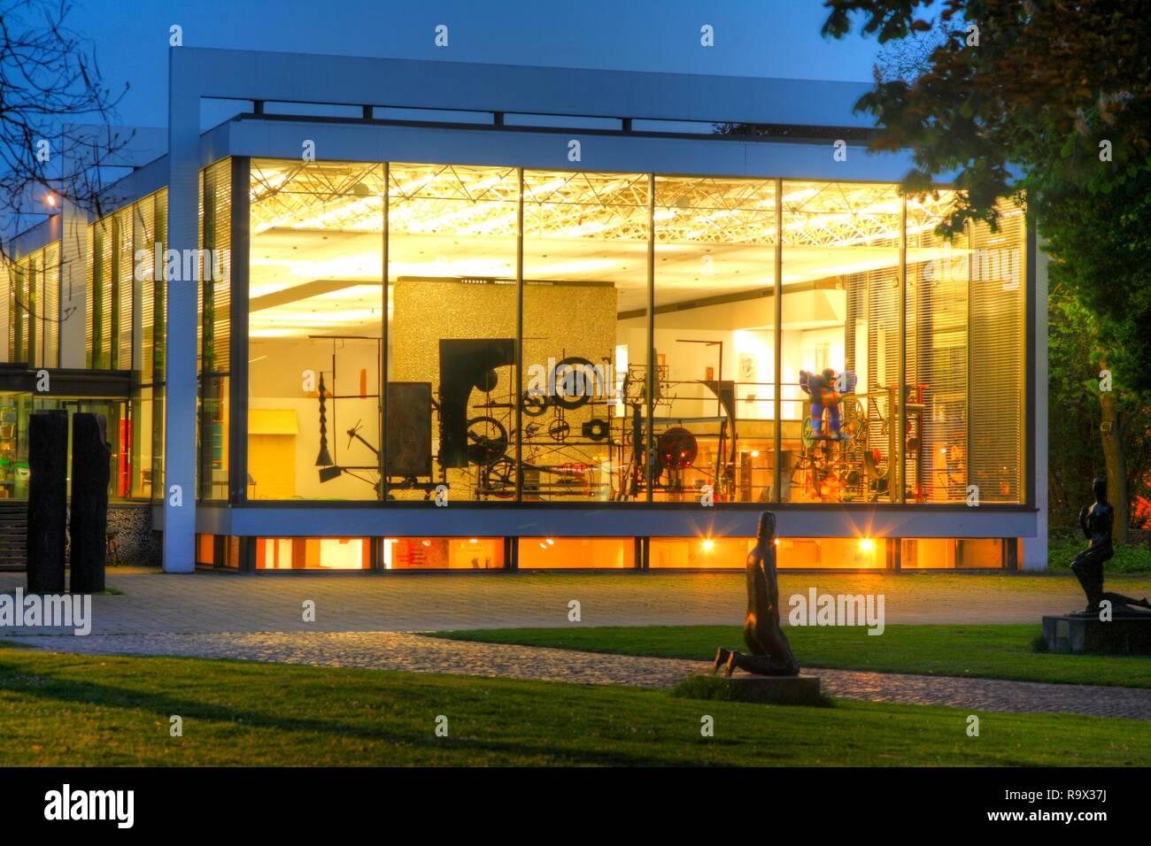 DEU, Deutschland, Duisburg : Wilhelm Lehmbruck Museum bei abenddaemmerung | DEU, Germany, Duisburg : Wilhelm Lehmbruck Museum at dusk - Stock Image