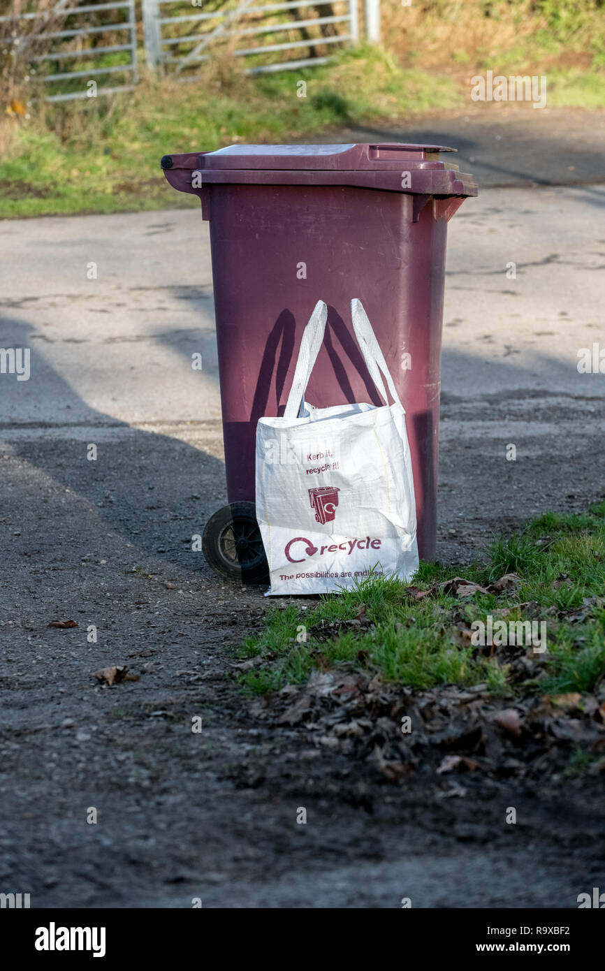 Brown recyclable waste wheelie bin and cloth bag. - Stock Image