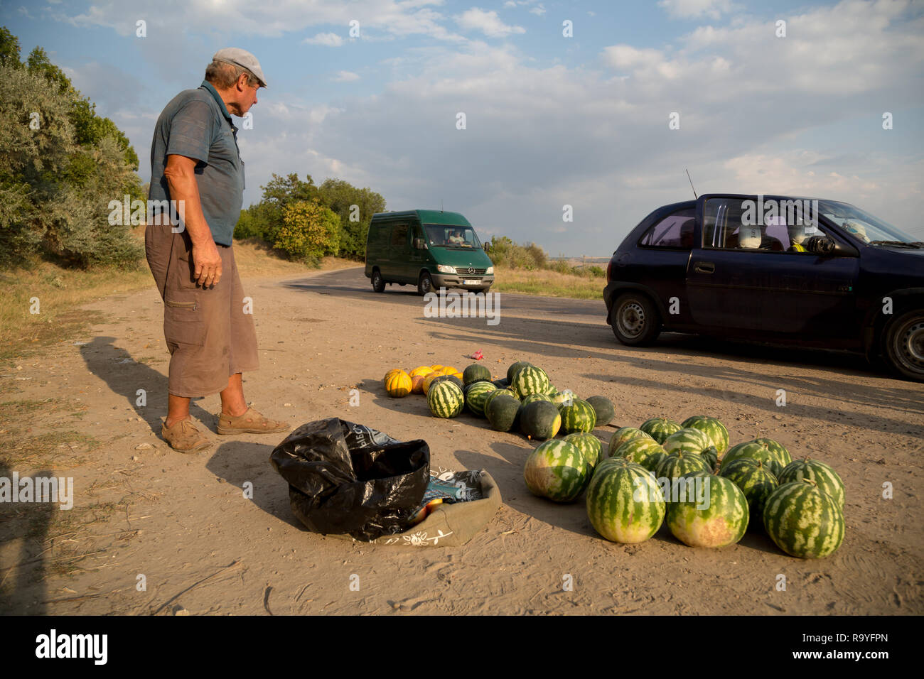 30.08.2016, Causeni, Rajon Causeni, Republik Moldau - Bauer verkauft Melonen an der Landstrasse. 00A160830D452CARO.JPG [MODEL RELEASE: NO, PROPERTY RE Stock Photo