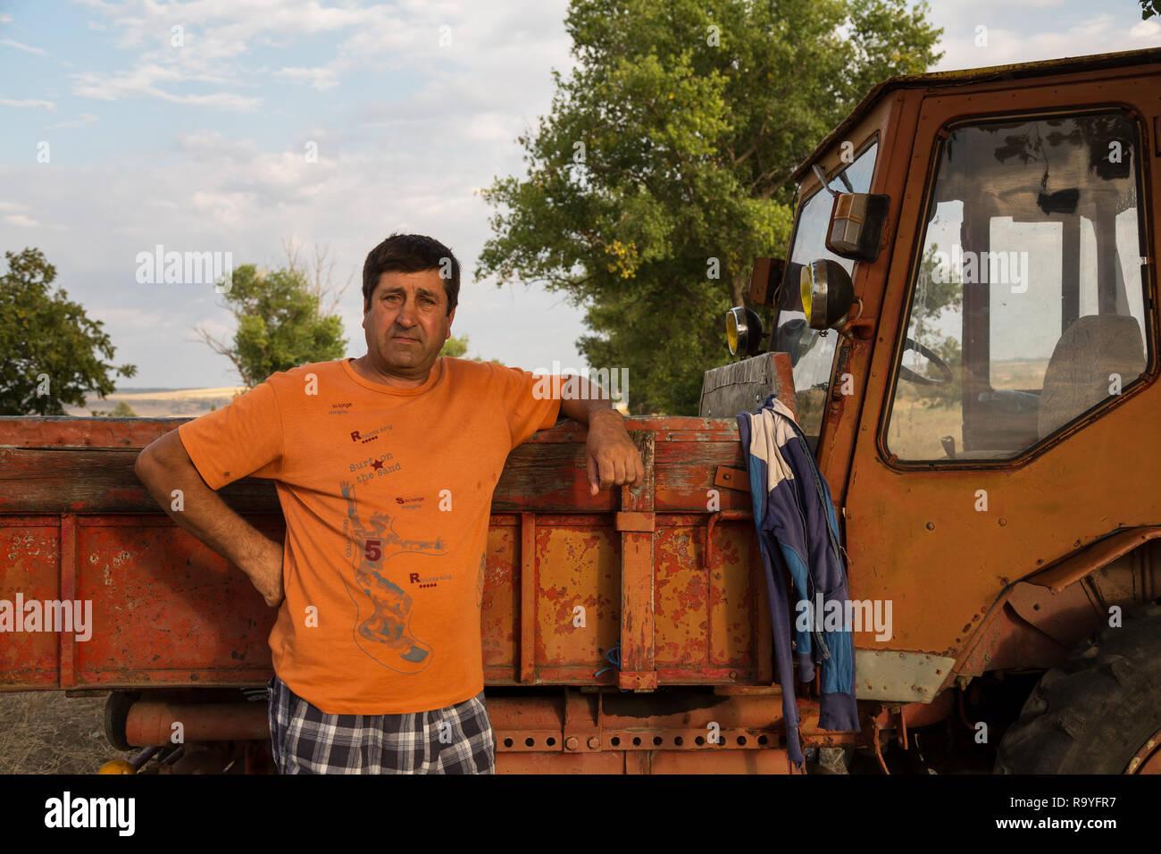 30.08.2016, Causeni, Rajon Causeni, Republik Moldau - Portrait eines Bauern vor seinem Traktor.00A160830D460CARO.JPG [MODEL RELEASE: NO, PROPERTY RELE Stock Photo