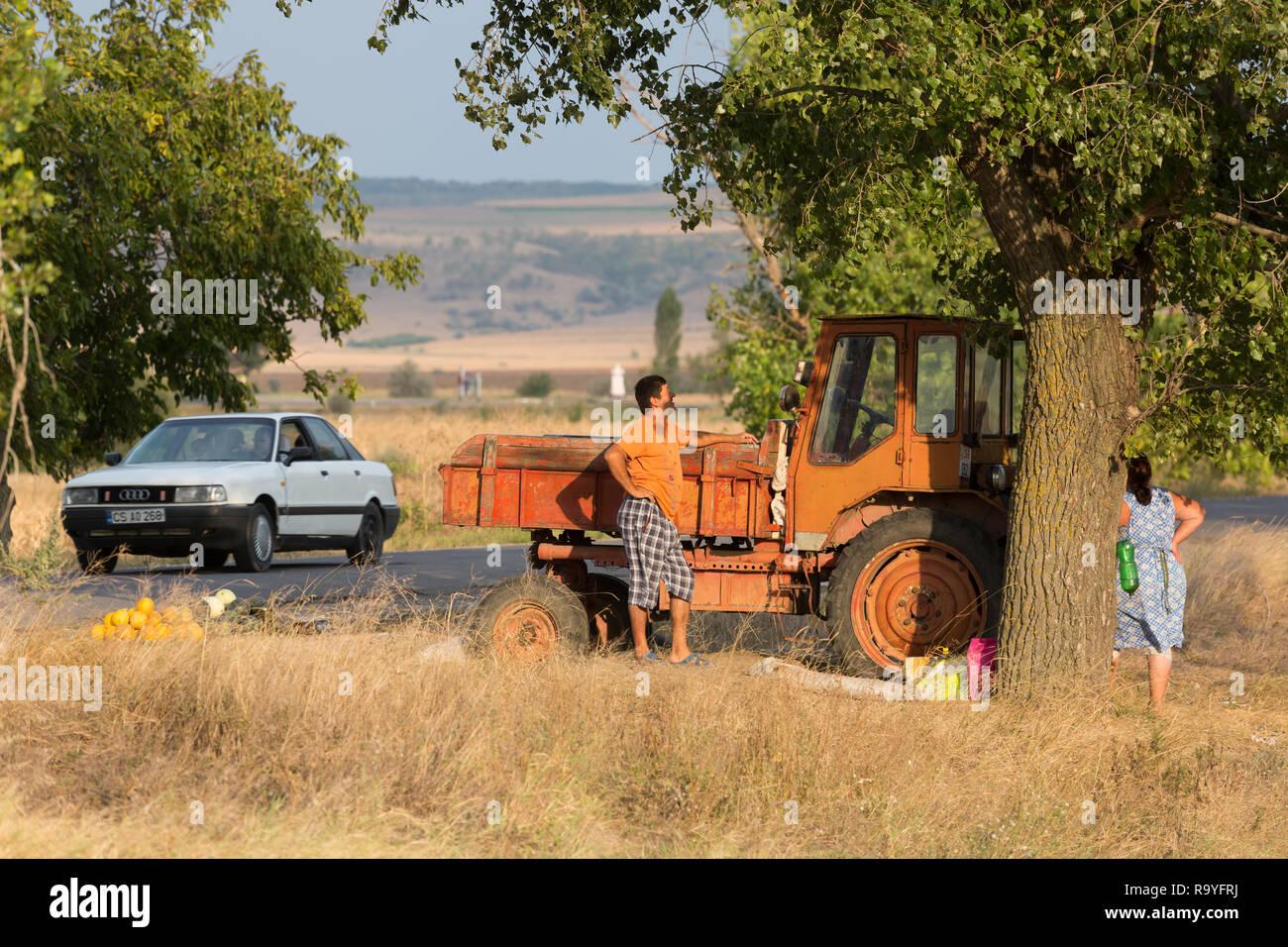 30.08.2016, Causeni, Rajon Causeni, Republik Moldau - Bauern verkaufen Melonen an der Landstrasse. 00A160830D463CARO.JPG [MODEL RELEASE: NO, PROPERTY  Stock Photo
