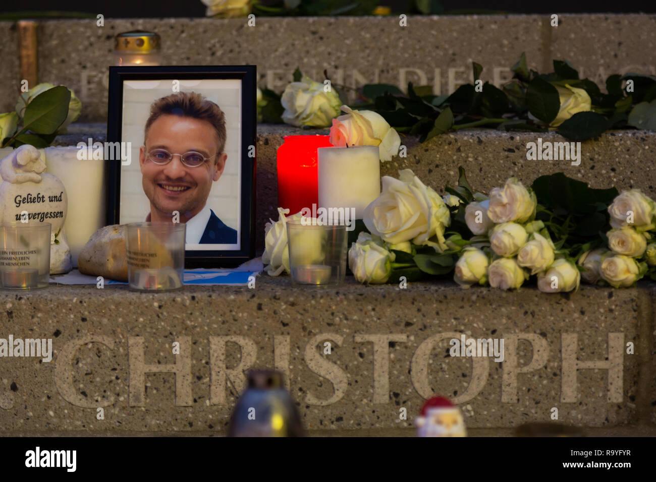 20.12.2017, Berlin, Berlin, Deutschland - Gedenken an die Opfer des Terroranschlags am Weihnachtsmarkt am Breitscheidplatz am 19.12.2016. Kerzen am An - Stock Image