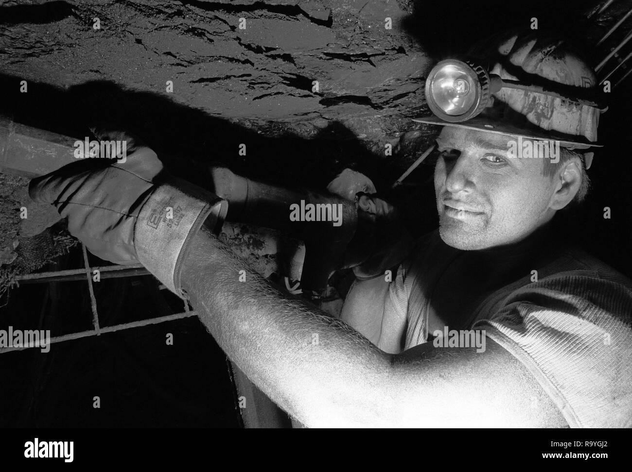 03.04.1993, Hamm, Nordrhein-Westfalen, Deutschland - Bergmann mit Bohrer im Floez Sonnenschein, Steinkohlen-Bergwerk Zeche Heinrich-Robert der Ruhrkoh - Stock Image