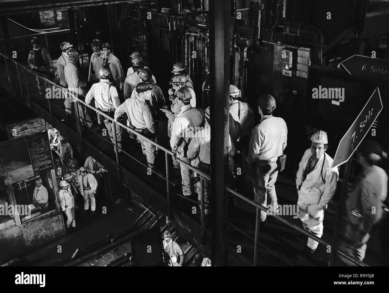 03.04.1993, Hamm, Nordrhein-Westfalen, Deutschland - Bergleute warten auf die Einfahrt unter Tage, Steinkohlen-Bergwerk Zeche Heinrich-Robert der Ruhr - Stock Image