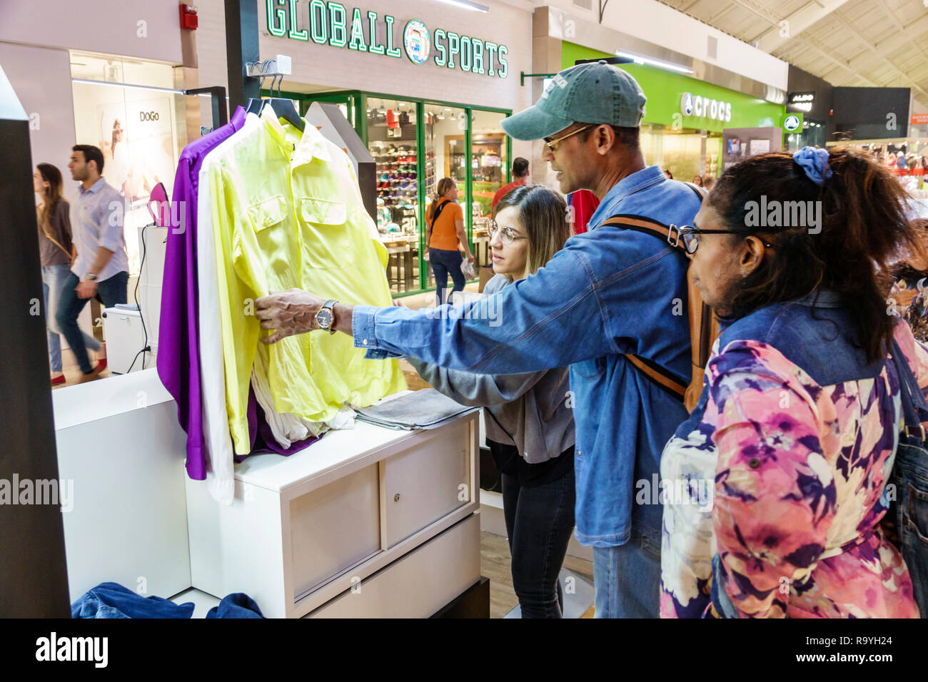 Fort Ft. Lauderdale Florida Sunrise Sawgrass Mills Mall shopping kiosk display sale shirts man woman looking - Stock Image