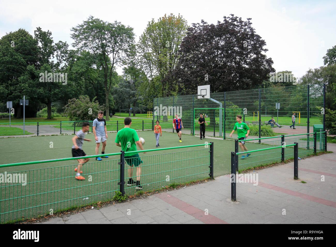 13.08.2016, Essen, Nordrhein-Westfalen, Ruhrgebiet, Deutschland - Jugendliche spielen Fussball auf dem Bolzplatz im Kaiser-Wilhelm-Park in Altenessen, - Stock Image