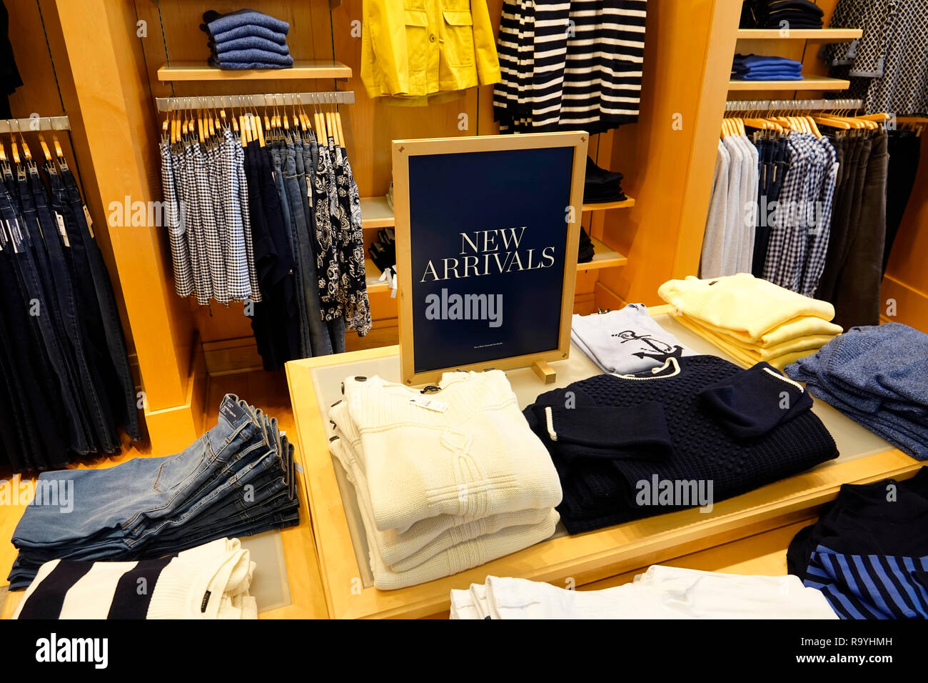 florida fort ft lauderdale pembroke pines shops at pembroke gardens mall talbots womens clothing fashion inside interior display sale product R9YHMH - Banana Republic Shops At Pembroke Gardens