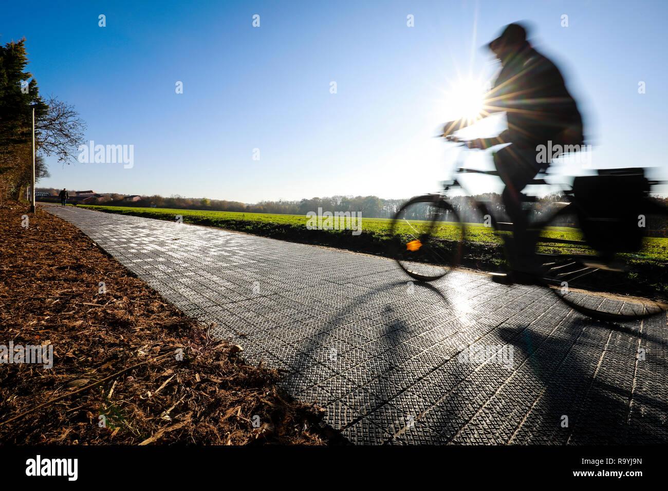 18.11.2018, Erftstadt, Nordrhein-Westfalen, Deutschland - Deutschlands erster Solarenergie-Fahrradweg. Das Potsdamer Start-up Solmove will Strassen zu - Stock Image