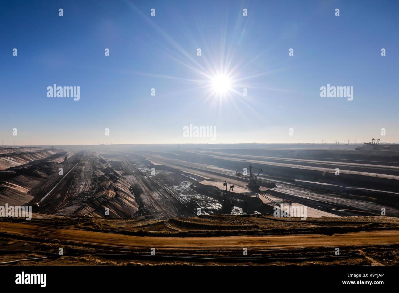18.11.2018, Juechen, Nordrhein-Westfalen, Deutschland - RWE Braunkohletagebau Garzweiler. 00X181118D008CARO [MODEL RELEASE: NOT APPLICABLE, PROPERTY R - Stock Image