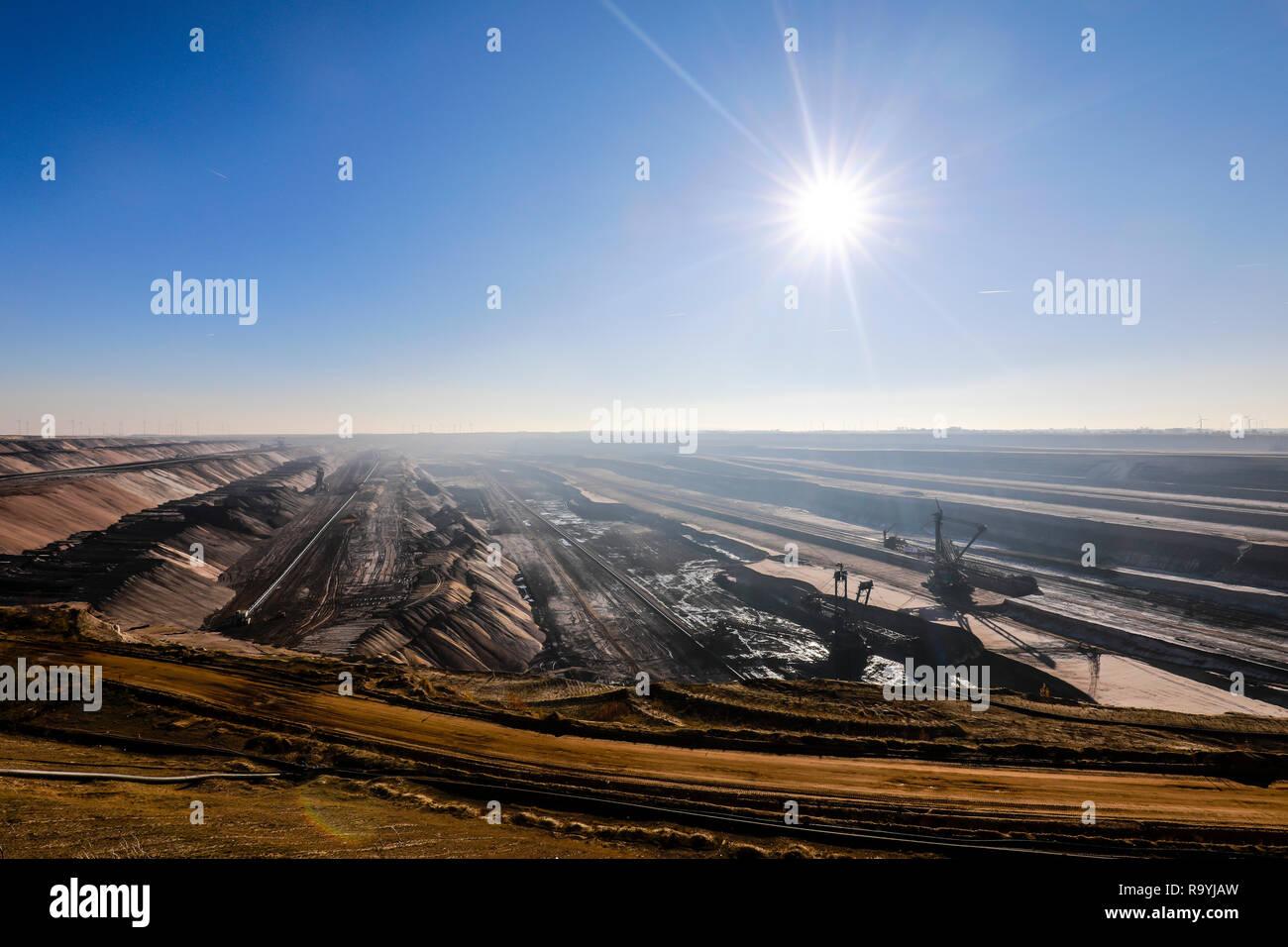 18.11.2018, Juechen, Nordrhein-Westfalen, Deutschland - RWE Braunkohletagebau Garzweiler. 00X181118D009CARO [MODEL RELEASE: NOT APPLICABLE, PROPERTY R - Stock Image