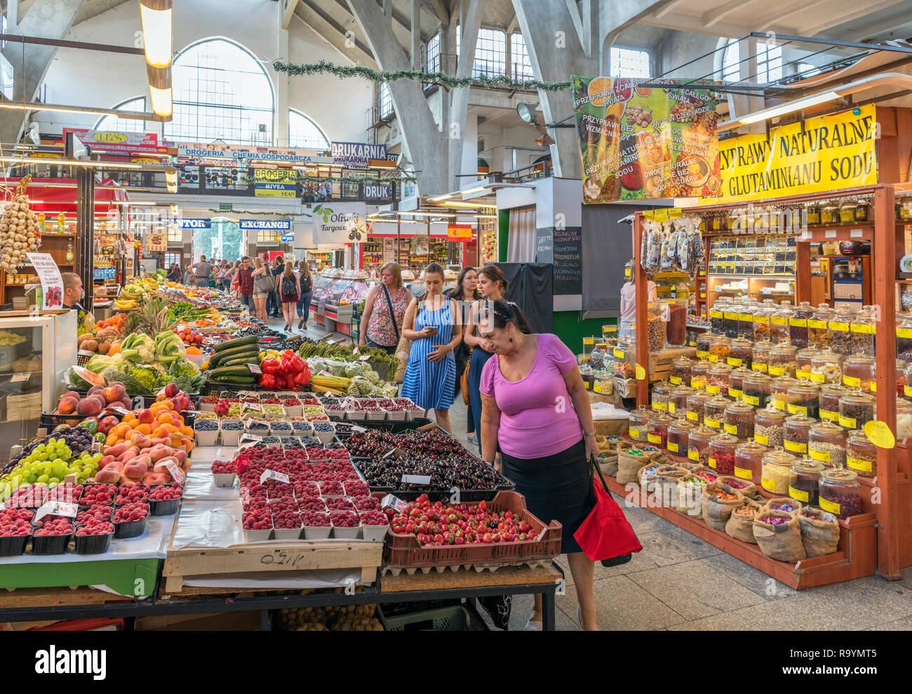 Shoppers in Wrocław Market Hall (Hala Targowa we Wrocławiu), Wroclaw, Silesia, Poland - Stock Image