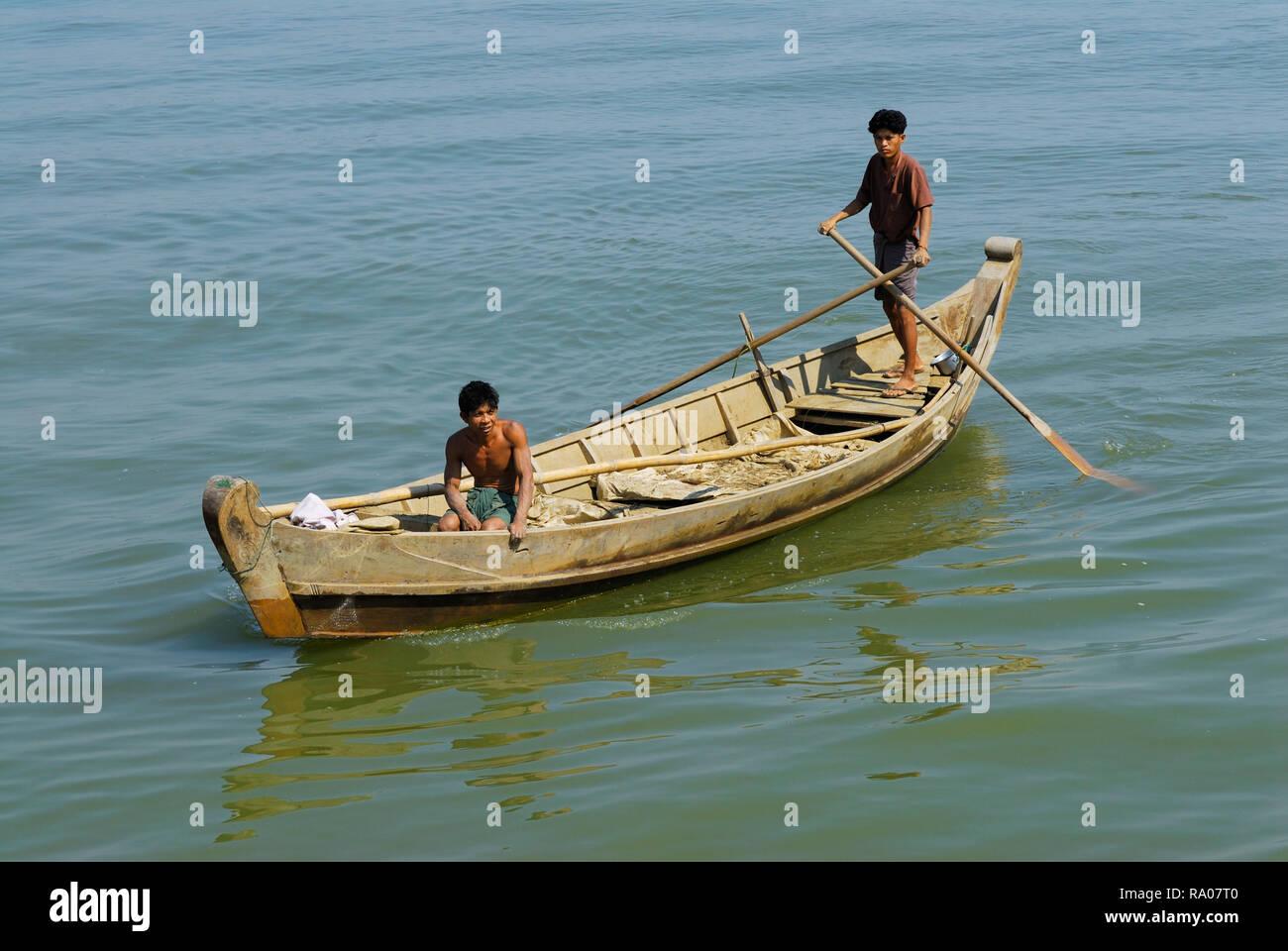ASIEN, MYANMAR, BURMA, BIRMA, MANDALAY, IRRAWADDY  Fluss, junge Maenner mit einem Ruderboot   |ASIA, MYANMAR, BURMA, BIRMA, MANDALAY, AYEYARWADY RIVER - Stock Image
