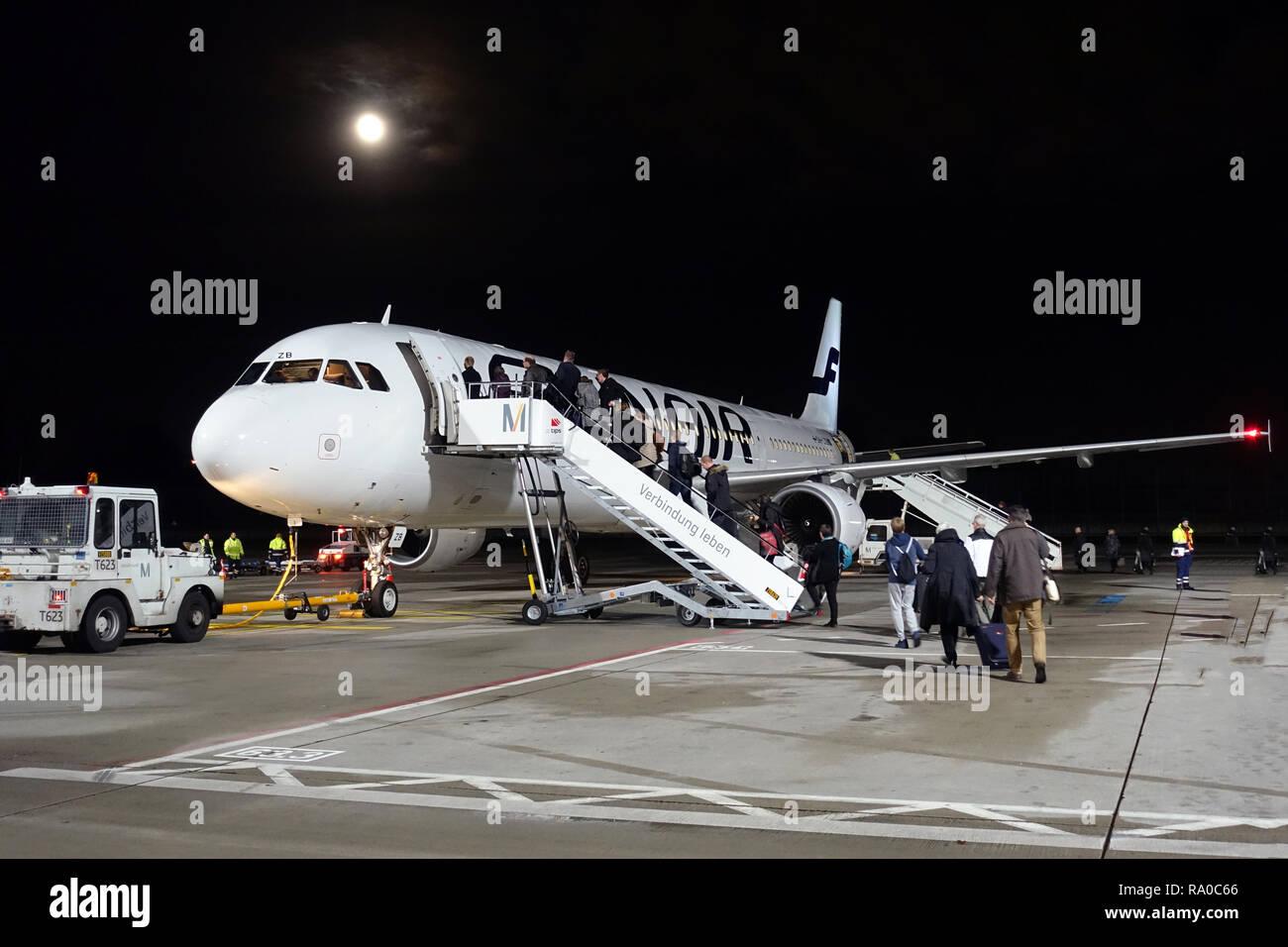 04.12.2017, Berlin, Berlin, Deutschland, Flugpassagiere steigen am Flughafen Berlin-Tegel in eine Maschine der Finnair ein. 00S171204D026CARO.JPG [MOD Stock Photo
