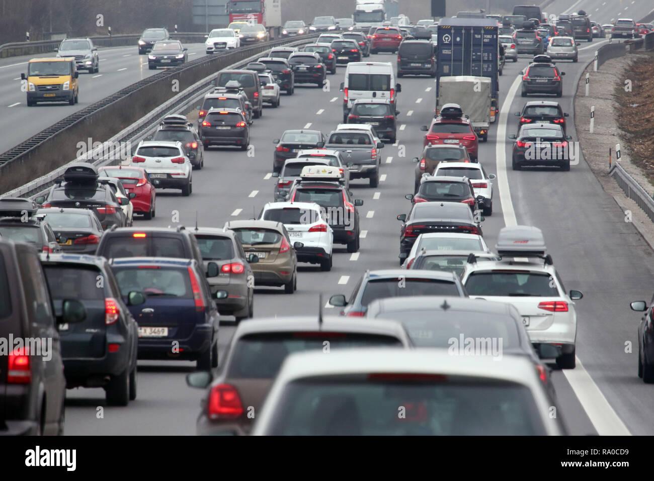 10.02.2018, Bayern, Allersberg, Deutschland, Seitenstreifen der A9 wurde wegen hohen Verkehrsaufkommens fuer den Verkehr freigegeben. 00S180210D110CAR Stock Photo