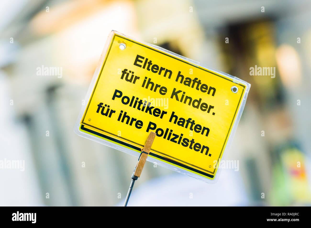poster, text reads: _ eltern haften für ihre kinder. politiker haften für ihre polizisten_ - Stock Image