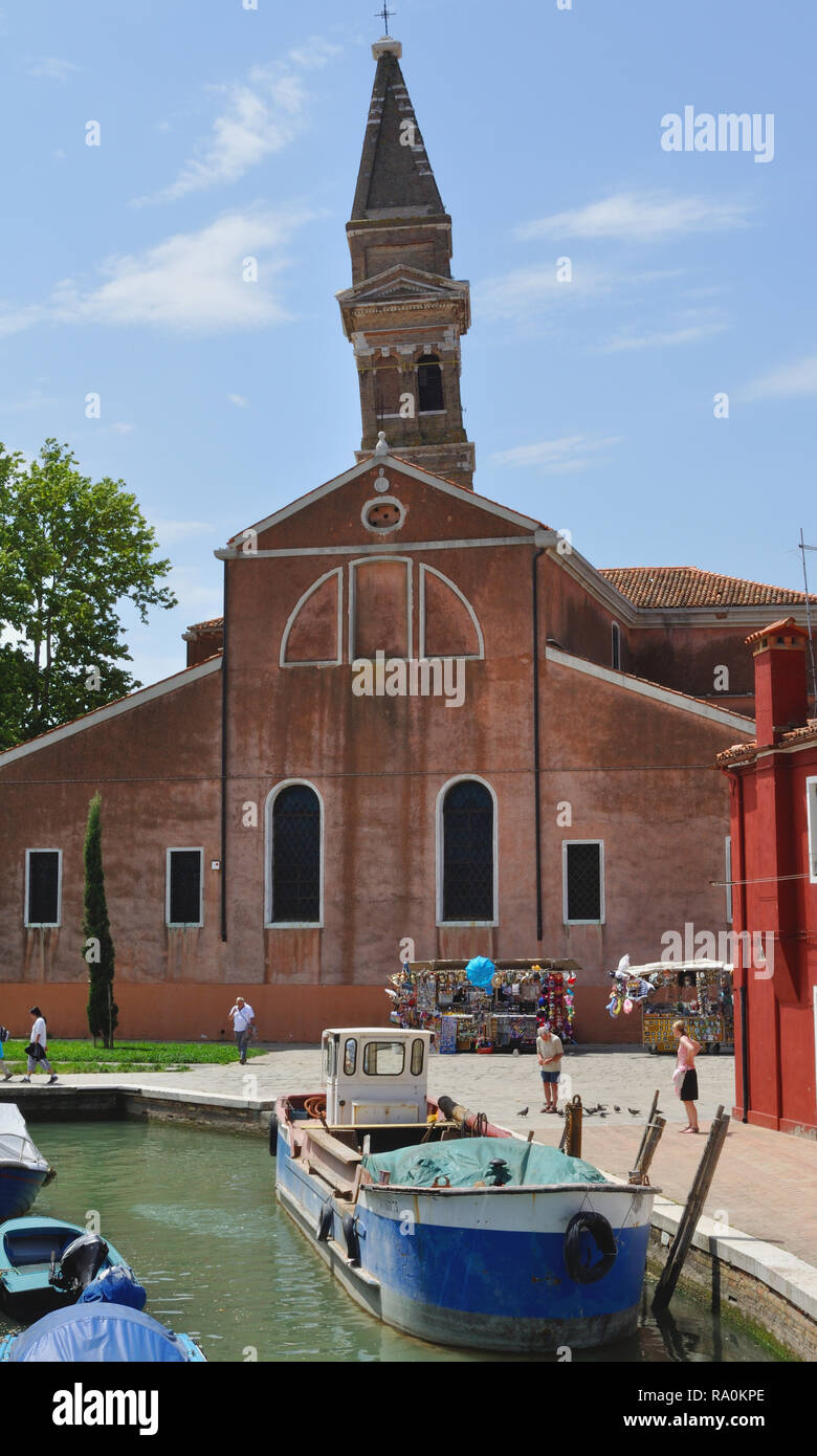 The Chiesa di San Martino, with its leaning bell tower, on Burano, an island in the Venetian lagoon, Italy. - Stock Image