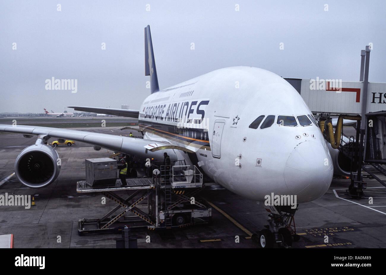 12.04.2009, London, Grossbritannien, Europa - Ein Passagierflugzeug vom Typ Airbus A380 der Singapore Airlines parkt am Flugsteig auf dem Londoner Flu Stock Photo