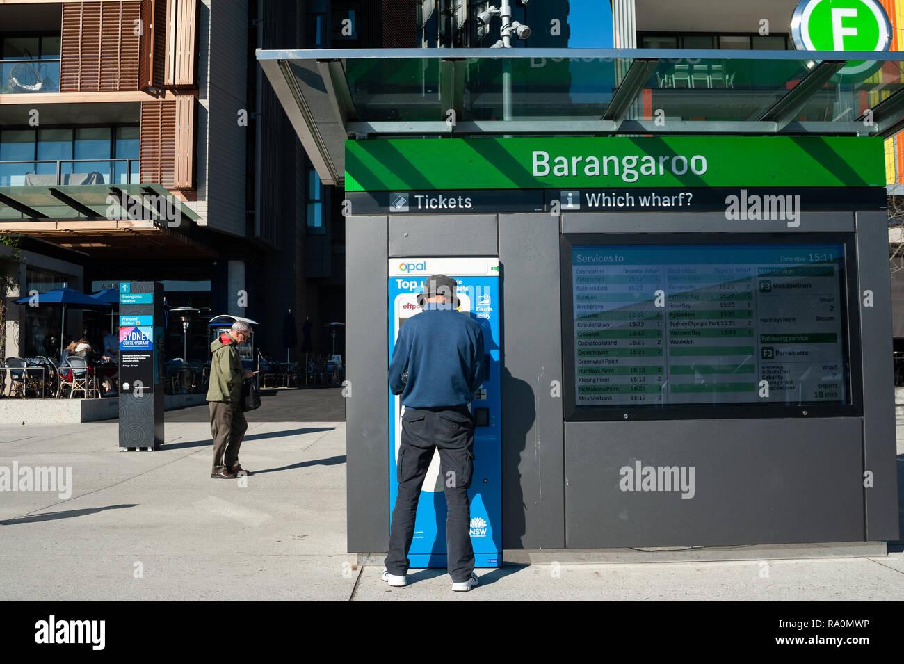 16.09.2018, Sydney, New South Wales, Australien - Ein Mann kauft auf der Uferpromenade am Wulugul Walk in Barangaroo South einen Fahrschein fuer die F Stock Photo