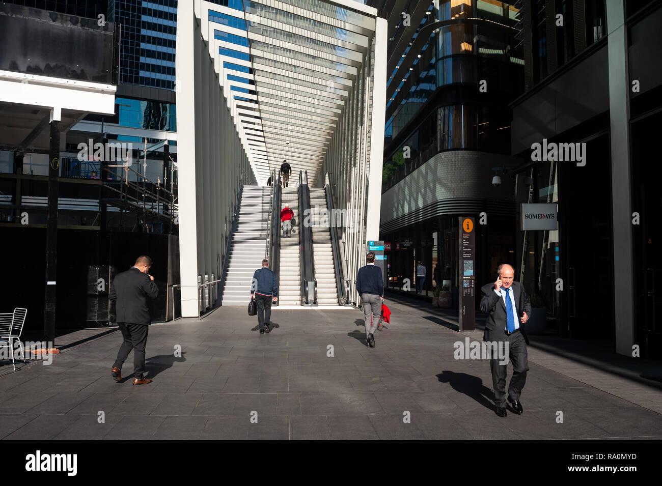 17.09.2018, Sydney, New South Wales, Australien - Menschenen gehen in einer Fussgaengerzone im Geschaeftsviertel in Barangaroo South zwischen modernen Stock Photo