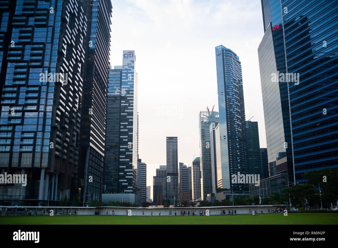 19.10.2018, Singapur, Republik Singapur, Asien - Moderne Wolkenkratzer reihen sich entlang des Geschaeftsviertels in Marina Bay mit dem Marina One auf - Stock Image