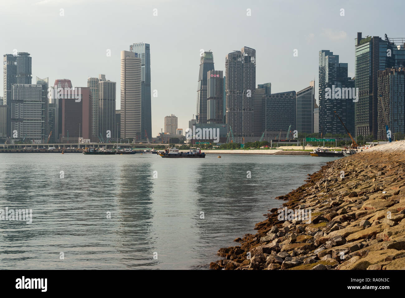 22.11.2018, Singapur, Republik Singapur, Asien - Ein Blick auf die modernen Wolkenkratzer im stetig wachsenden Geschaeftsviertel von Marina Bay, wie e - Stock Image